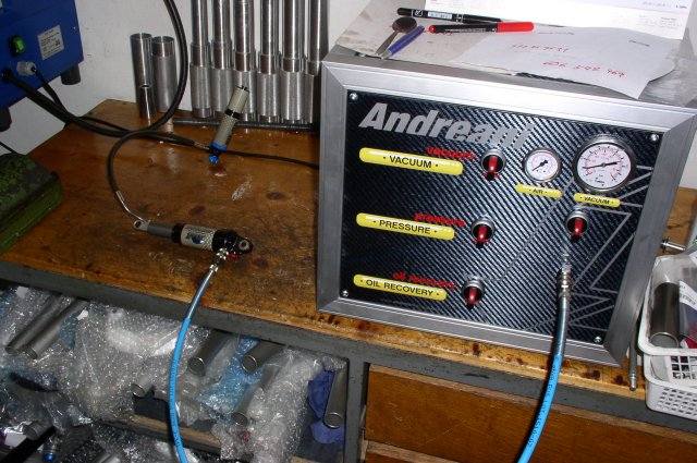 Vakuová plnička pro plnění olejových FIT patron a tlumičů bez přístupu vzduchu