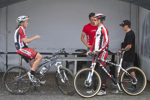 Tracy Moseley diskutuje s týmovým kolegou Lukasem Flückigerem