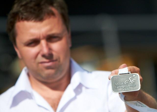 Lubor Tesař ukazuje medaili