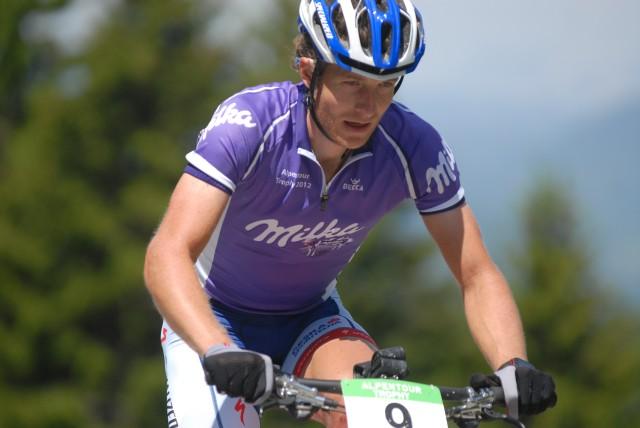 Kristián Hynek v dresu lídra Alpentour Trophy 2012, kterou nakonec vyhrál
