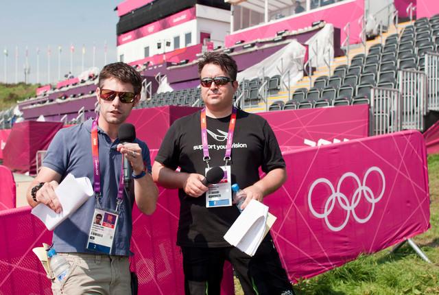 Komentátoři olympijského závodu horských kol Dan Jarvis a Chris Furber