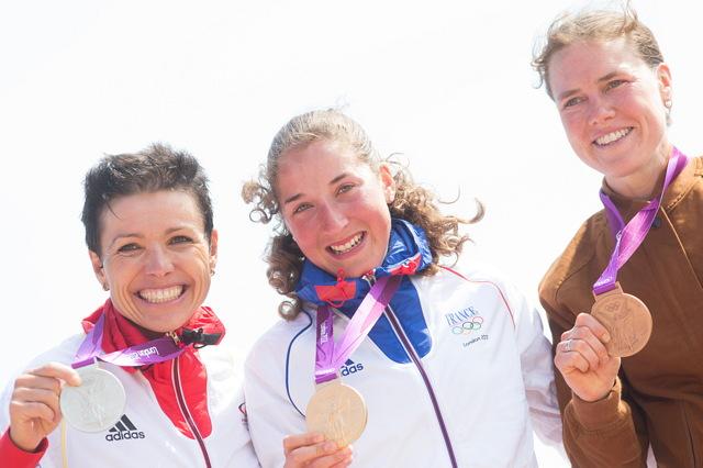 Vítězky závodu MTB na Olympijských hrách 2012: 1. Julie Bresset, 2. Sabine Spitz, 3. Georgia Gould