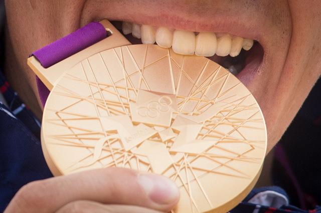 OH 2012 - Jaroslav Kulhavý tímto děkuje svému dentistovi. Zlato chutná, chrup drží.