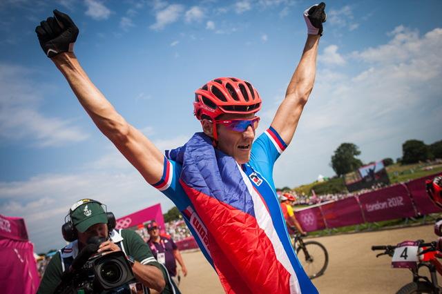 OH 2012 - Jaroslav Kulhavý se vzpamatoval vzal vlajka a poprvé zvedl ruce nad hlavu jako olympijský šampion