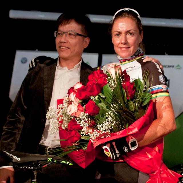 Gunn Rita Dahle na Multivan Press Campu oslavila 40té narozeniny, blahopřál ji viceprezident Meridy William Jeng