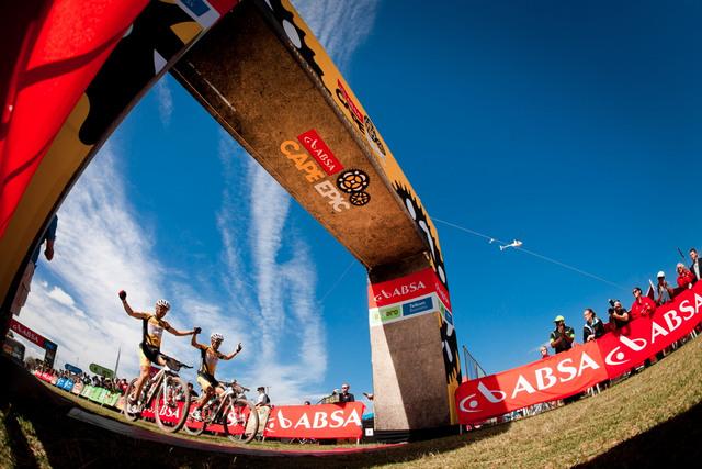 Cape Epic 2012 - tento obrázek se již nikdy opakovat nebude... zesnulého Burryho nahradí Jaroslav Kulhavý