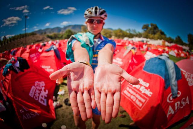 První česká žena na Cape Epic Jana Martinková ukazuje mozoly na rukou.