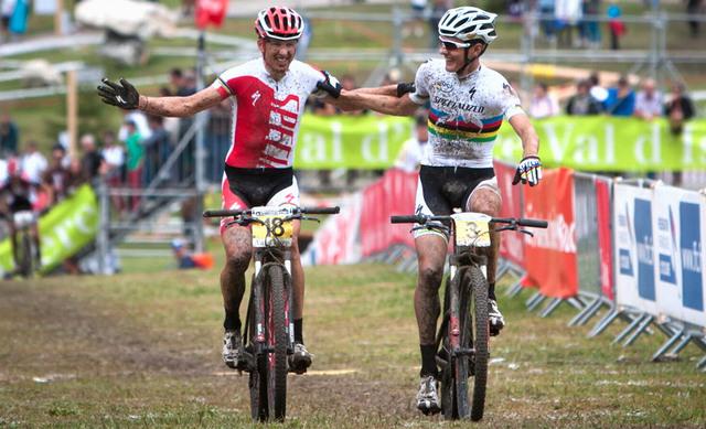 Christoph Sauser a Jaroslav Kulhavý si už jeden průjezd cílem zkusili - finále Světového poháru MTB ve Val d'Isere 2012