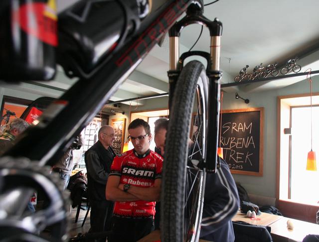 Prezentace týmu Sram Rubena Trek 2013 v cyklistickém pubu Koloniál v Praze
