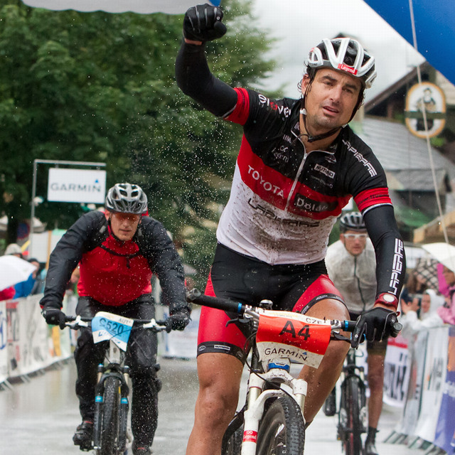 Ondřej Fojtík v cíli Salzkammergut Trophy 2012 - unavený vítěz dlouhé trasy 211 km!