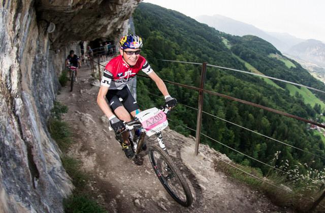 Skokan na lyžích Andreas Goldberger na kole na trati Salzkammergut Trophy