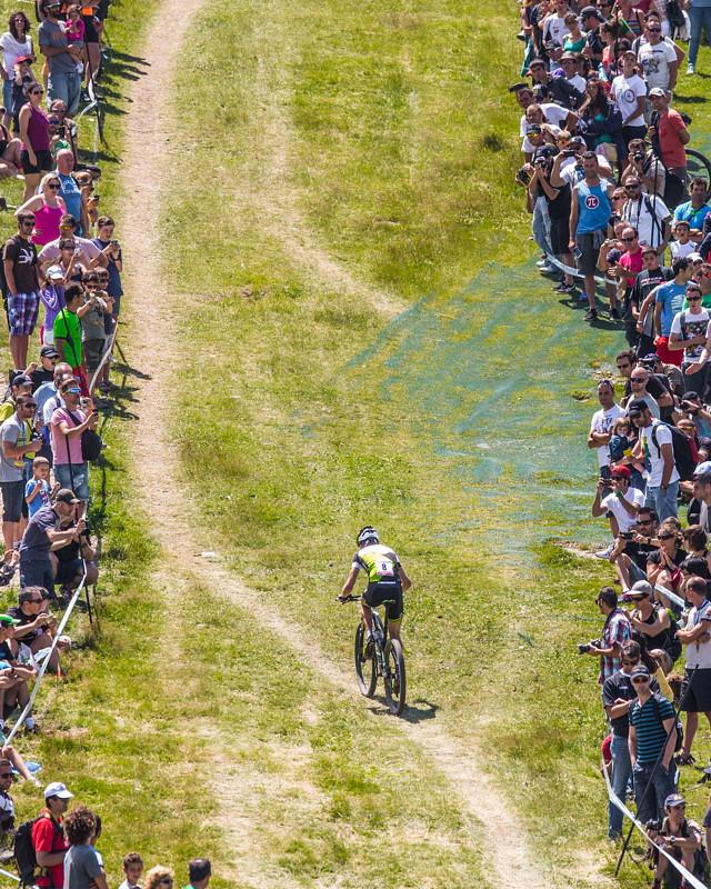 Světový pohár MTB 2013 - Andorra: Ondřej Cink stoupá na trati lemované fanoušky