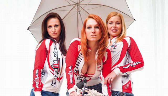 Kamila Procházková dokáže kromě organizování závodů taky pěkně provokovat, zde na kalendáři týmu Sintesi Prima Donna