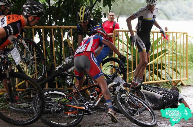 Langkawi International MTB Challenge 2013: Kristián leží na zemi po pádu nedlouho po startu