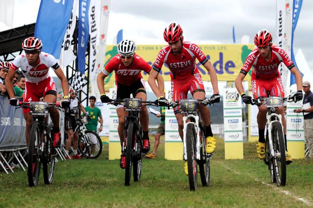 Christoph Sauser a Kohei Yamamoto vyráží na trať společně s obhájci Luis Leao Pinto a Tiago Ferreira z Portugalska