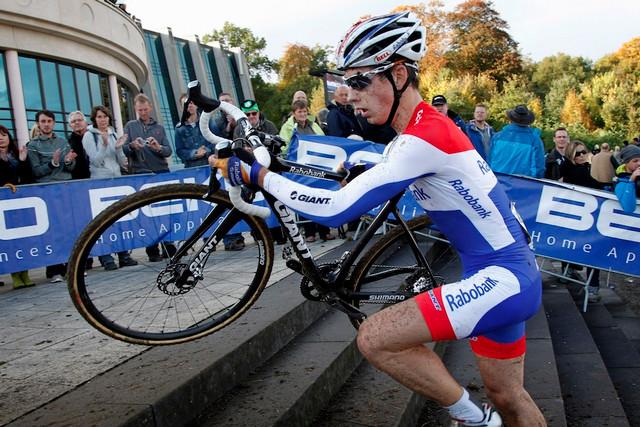Lars van der Haar vamp;ecaron;z zᶯdě SP cyklokrosařů v nizozemsk魠Valkenburgu. Jako vůbec prvnᶯdnna kotoučovzdᣨ!