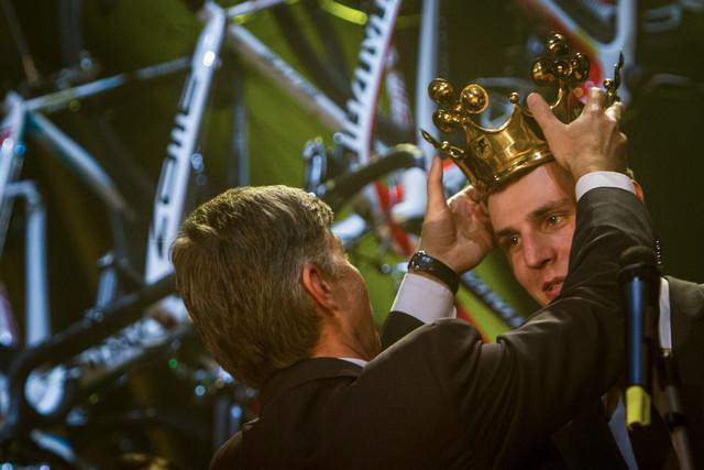 Prezident ČSC předává už potřetí za sebou Jaroslavu Kulhavému korunu pro nejlepšího českého cyklistu roku