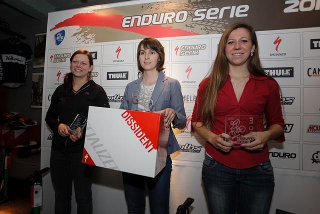 Nejlepší tři ženy Specialized Enduro Série 2013 na vyhlašování výsledků v Koloniál pubu