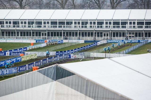 Na Mistrovství světa v cyklokrosu v Hoogerheide 2014 se neštřilo stany. Ten pro VIP má dvě patra a 150 metrů na délku!