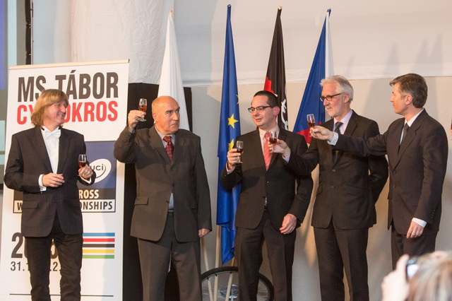 Slavnostní přípitek na Tábor 2015, zleva: Jiří Fišer, Čestmír Kalaš, starosta Hoogerheide, Brian Cookson a Marian Štetina