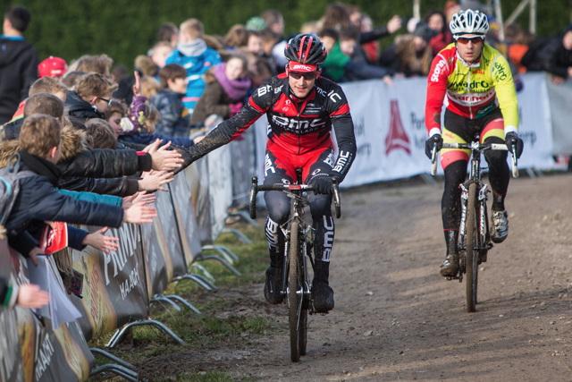 Malí fanoušci dnes místo školy vítali světové cyklokrosaře v Hoogerheide