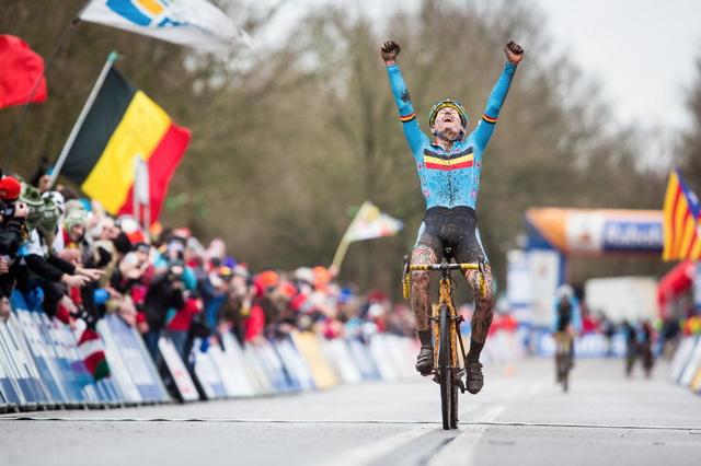 Thijs Aerts slaví vítězství mezi juniory