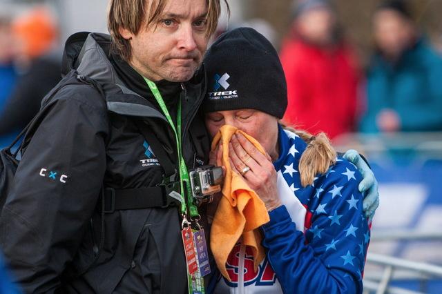 Katie Compton se v cíli neubránila slzám