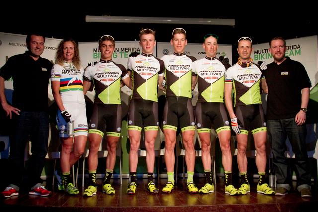 Zleva: Andreas Rottler, Gunn Rita Dahle, Julian Schelb, Ondřej Cink, Thomas Litscher, Rudi van Houts, Jose Antonio Hermida a manažer týmu Fabian Aust
