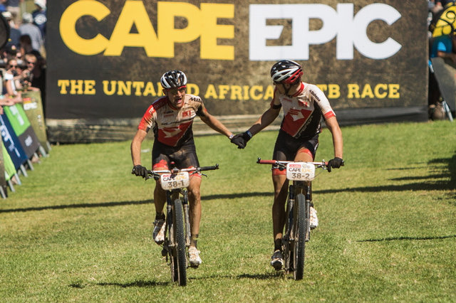 Jan Jobánek a Filip Adel v cíli Cape Epic 2015