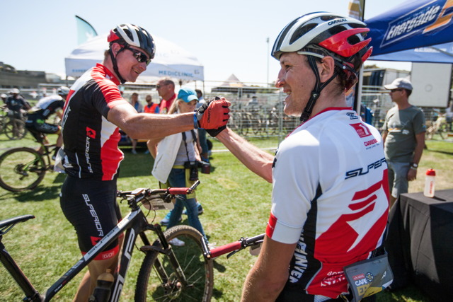 Jan Jobánek a Filip Adel v cíli prologu Cape Epic 2015