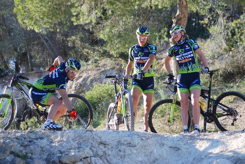 Merida Camp 2008, Mallorca - Jose protestuje, že tohle nepojede. Pevně se drží kola a ukazuje kam až by spadnul jako kámen...