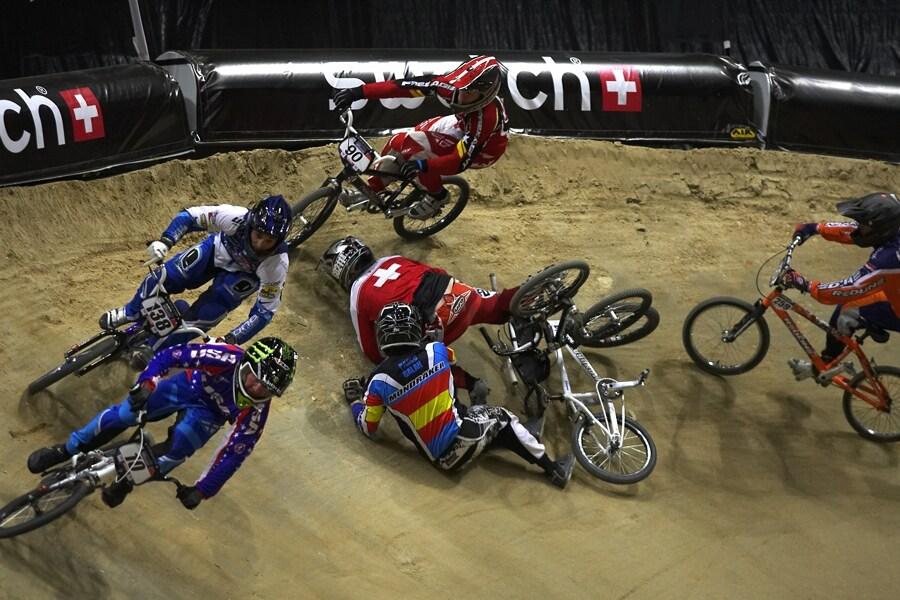 UCI BMX Supercross - Madrid 9.2. 2008 - osmifin�lov� pokl�dka v prvn� klopence