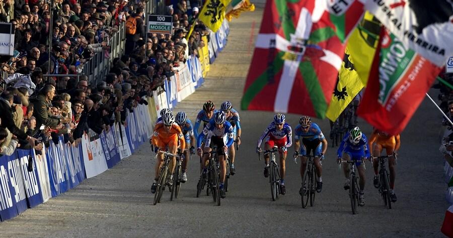 MS cyklokros 2008, Treviso - It�lie 27.1. - strhuj�c� bitva o dobrou pozici p�i n�jezdu do posledn�ho okruhu