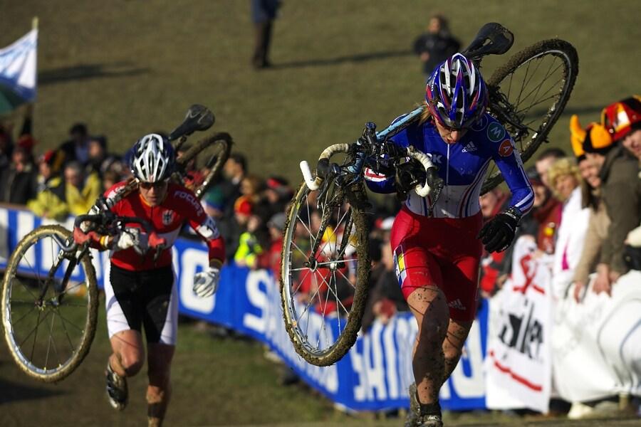 MS cyklokros 2008, Treviso - Itálie 27.1. - druhé kolo a v čele ještě Francouzka Christel Ferrier-Bruneau, v patách již ale má Hanku Kupfernagel