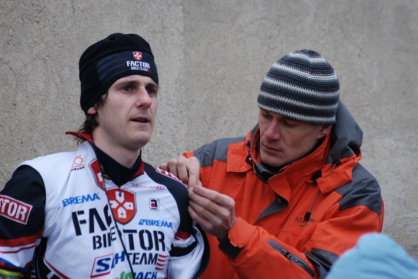MČR Cyklokros 2008 - Václav Ježek napichuje Martina Bínu