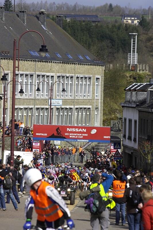 Nissan UCI MTB World Cup XC #1 - Houffalize 20.4.2008 - start je umístěn přímo pod radnicí v Houffalize