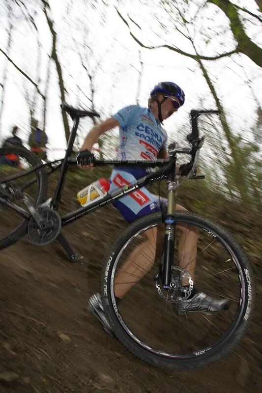 ČP XC #1 Pardubice 2008 - Jakub Magnusek běží do depa, zřejmě přišel o medaili
