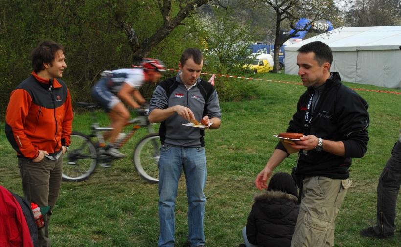 ČP XC #1 Pardubice 2008 - občerstvující se občerstvovačka