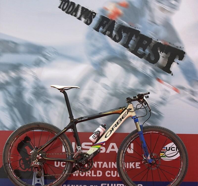 Nissan UCI MTB World Cup XC #3 - Madrid 4.5.'08 - vedle stup�� v�t�z� z��dilo UCI i nov� piedest�l pro nejrychlej�� kolo....