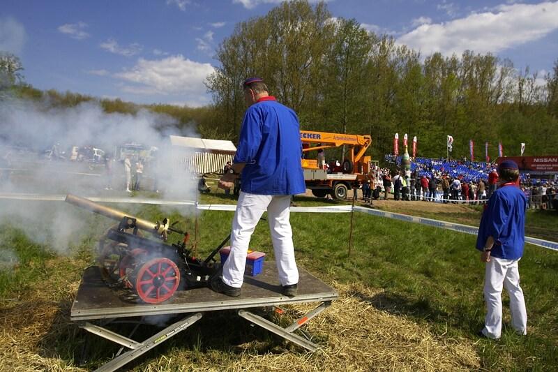 SP Offenburg 19.4.2008 - startovalo se poměrně hlučným způsobem, fotit dělostřelce ze dvou metrů je fakt blbej nápad!