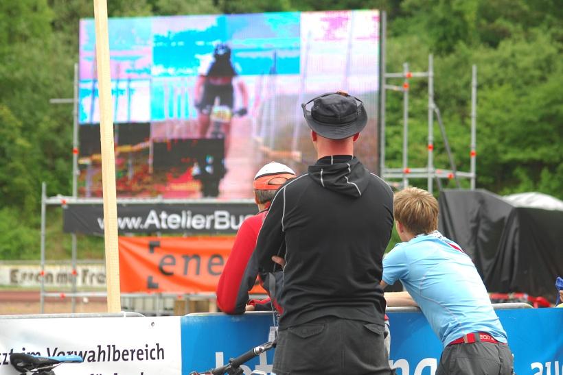 ME XC 2008, St. Wendel - ženy U23: Trenér, mechanik a přítel Huříkové sledují poslední stovky metrů Nathalie Schneitter