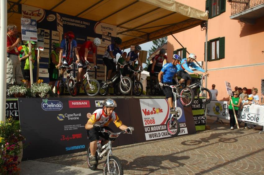 """MS MTB 2008 Val di Sole - Trial 20"""" junioři: při startu se seskakuje z podia"""