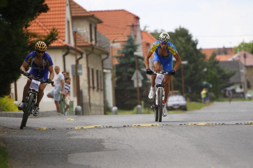 Giant Berounský BikeMaraton 2008: vedoucí dvojice na kráté trati