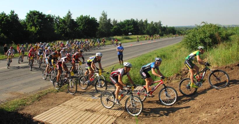 ČP XCM #3 2008 - Specialized Extrém Bike Most: nájezd do terénu po pár stovkách metrech