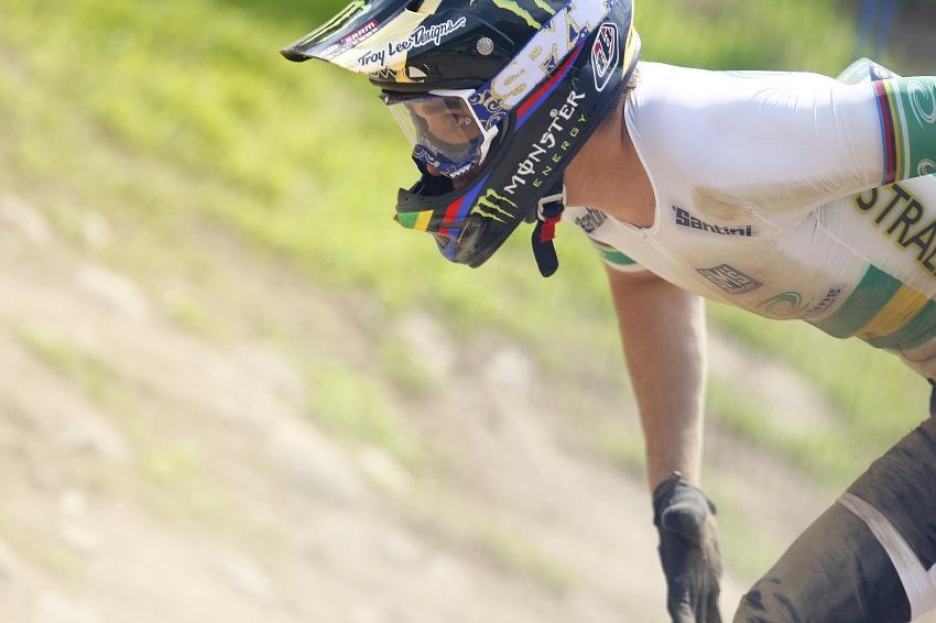 MS MTB 2008 Val di Sole /ITA/ - Downhill: Sam Hill hledá koo po pádu