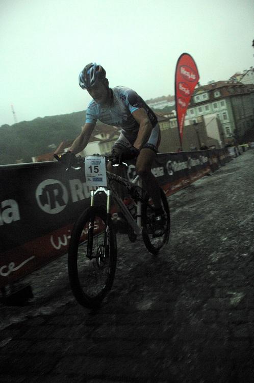 Pražské schody 2008: Tomáš Trunschka v potoku vody (blesk už nefungoval)