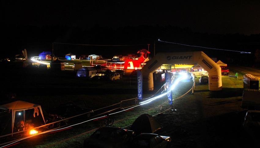 Blackburn Jistebnická 24 hod. - areál v Cunkově chvíli před půlnocí - polovinou závodu