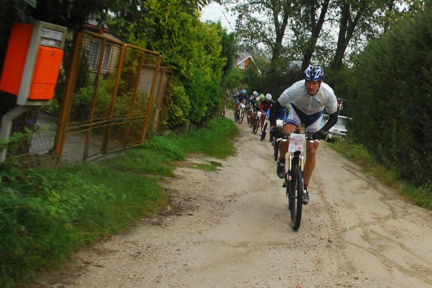 �P XCM #5 2008 - Giant eXtreme Bike Brdy: Tom� Trunschka vede bal�k do �vodn�ho kopce