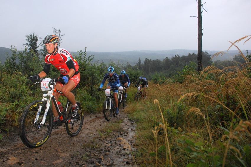 ČP XCM #5 2008 - Giant eXtreme Bike Brdy: Ivan Rybařík vede skupinku pronásledovatelů