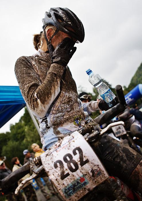 Kolo pro život - Oderská mlýnice - mistrovství ČR 1/2 XCM 20.9. 2008 - Ivana Loubková v cíli